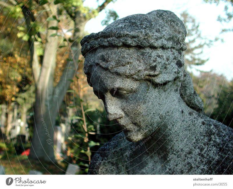 pragfriedhof Frau Herbst grau Stein Denkmal historisch Stuttgart Friedhof Porträt