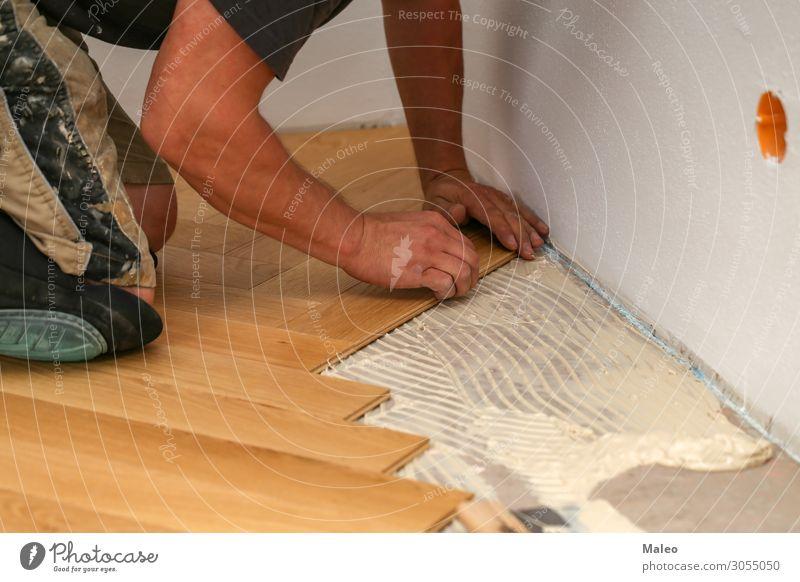 Handwerker verlegt Parkett Boden Bodenbelag verlegen Installationen Baustelle Arbeiter Tischler Laminat Paneele Fachmann Renovieren Holz