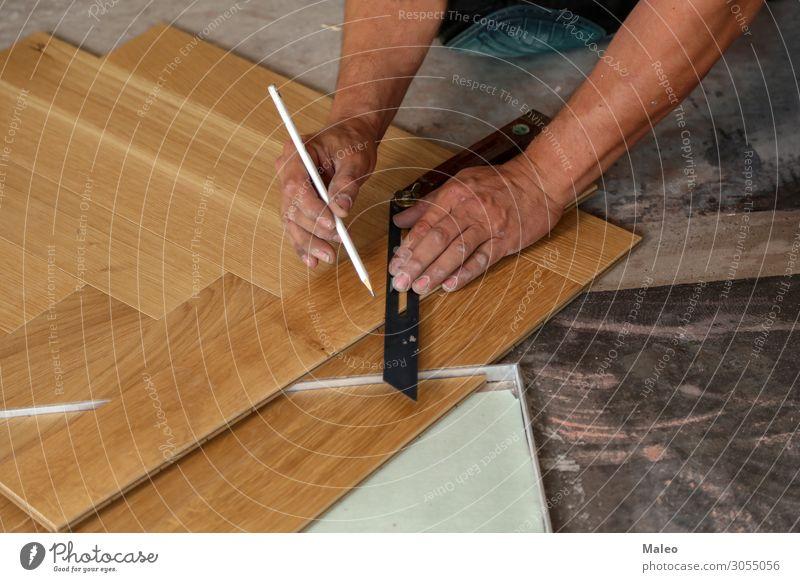 Handwerker legt Parkett Boden Bodenbelag verlegen Installationen Baustelle Arbeiter Tischler Laminat Paneele Fachmann Renovieren Holz Arbeit & Erwerbstätigkeit