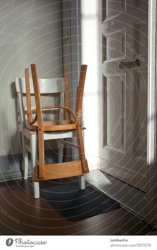 Zwei Stühle again Treppenabsatz Haus Mehrfamilienhaus Menschenleer Stadthaus Textfreiraum Treppenhaus Wand Häusliches Leben Wohngebiet Wohnhaus Tür Wohnung