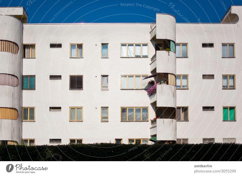 Siemensstadt Altbau Bauhaus Berlin Fassade Fenster Haus Himmel Himmel (Jenseits) Blauer Himmel Stadtzentrum Klassische Moderne Mehrfamilienhaus Menschenleer
