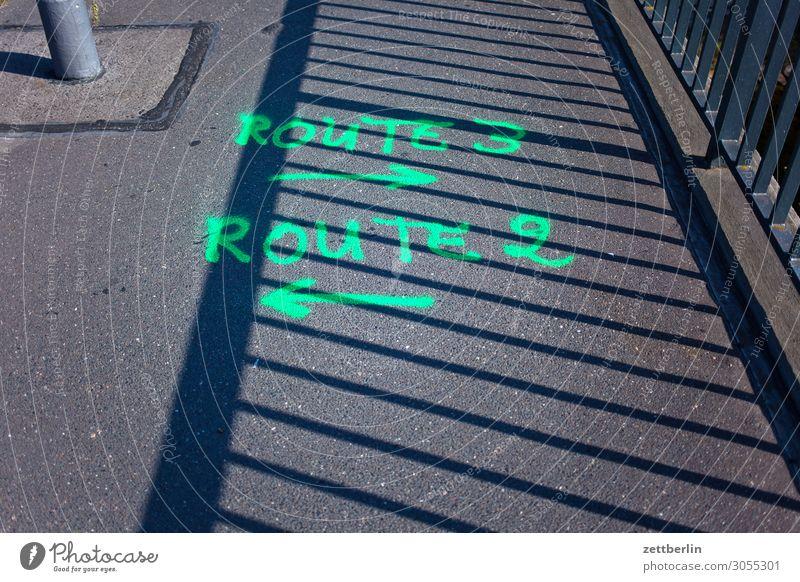 Route 3 -> und Route 2 <- Straße Wege & Pfade gehen Schilder & Markierungen Zeichen Richtung Asphalt Pfeil zeigen Orientierung Hinweis Navigation Wegweiser