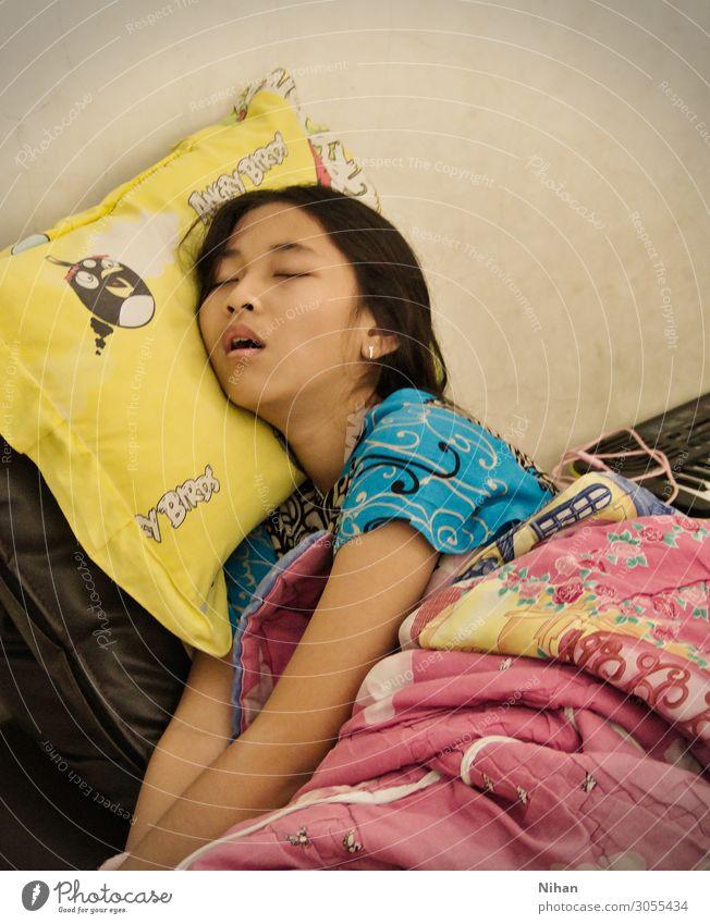 Schlafende Schönheit Erholung Mensch Mädchen 1 8-13 Jahre Kind Kindheit schwarzhaarig langhaarig Kopfkissen Decke schlafen blau gelb Müdigkeit Energie Frieden