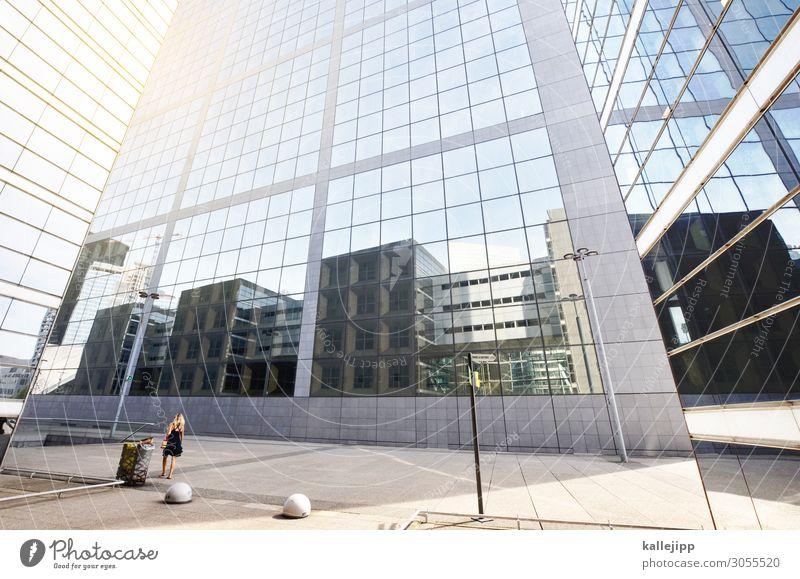 spiegelgasse Lifestyle elegant Mensch feminin 1 Stadt Hochhaus Bankgebäude Bauwerk Gebäude Architektur Mauer Wand Stein Glas kalt Reflexion & Spiegelung