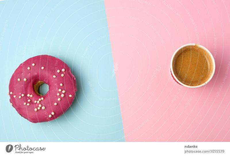 runder, rot glasierter Donut und Pappbecher mit Kaffee Teigwaren Backwaren Dessert Süßwaren Ernährung Frühstück Kaffeetrinken Getränk Tasse