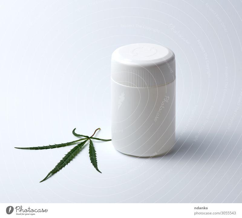 leeres weißes medizinisches Kunststoffglas für Pillen und grünes Hanfblatt Alternativmedizin Rauschmittel Medikament Kultur Natur Pflanze Gras Blatt natürlich