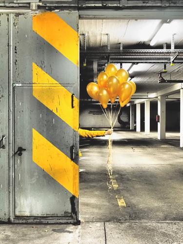 Gelbe Ballons for you Parkhaus Mauer Wand Stein Beton Schilder & Markierungen Graffiti Linie Streifen leuchten gelb grau orange schwarz weiß Tür Luftballon
