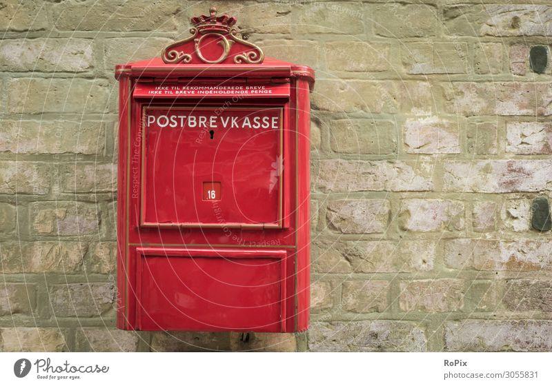 Historischer Briefkasten in Dänemark. Post royal mail postal mailbox Kommunikation communication kontakt Freunde Info letter letterbox blech thin rost Struktur