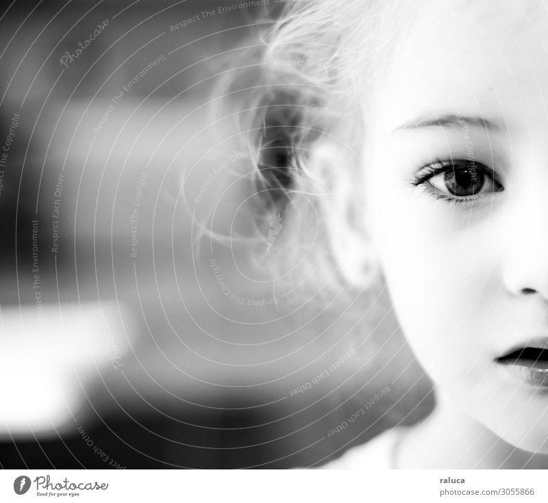 junges Mädchen, das mich ansieht. Mensch feminin Kind Schwester Familie & Verwandtschaft Kindheit Auge 1 1-3 Jahre Kleinkind blond Locken natürlich Liebe