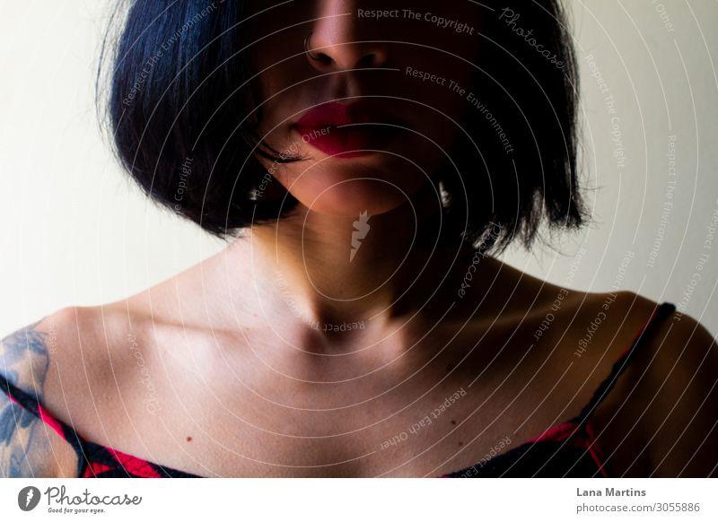 Mädchen mit kurzen Haaren Mensch feminin Junge Frau Jugendliche Erwachsene Haut Gesicht 1 18-30 Jahre Haare & Frisuren schwarzhaarig brünett kurzhaarig