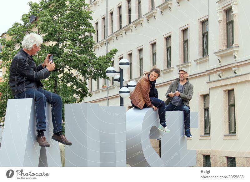 Spaß auf den Riesenbuchstaben | AST10 Chemnitz Frau Mensch Mann Stadt Baum Haus Freude Erwachsene Senior feminin Zusammensein Fassade Freundschaft maskulin