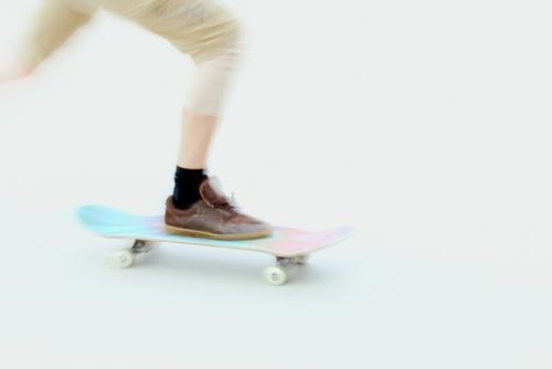 rasant unterwegs | AST10 Chemnitz Mensch Jugendliche blau weiß Freude 18-30 Jahre Beine Erwachsene Leben Sport Bewegung außergewöhnlich Fuß braun rosa