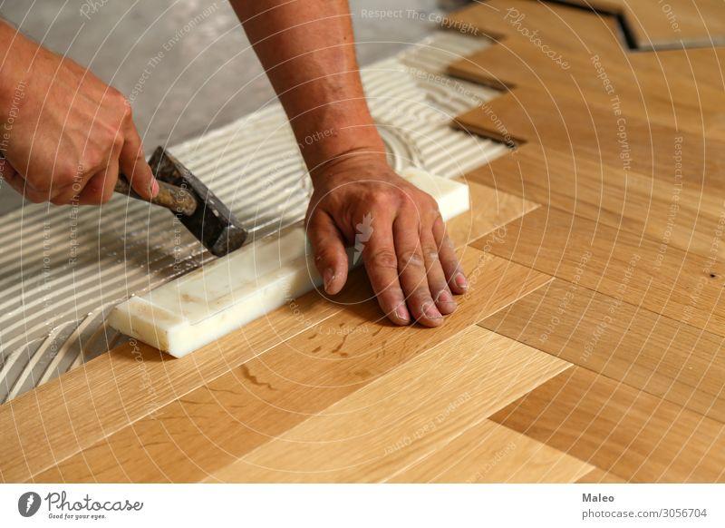 Arbeiter legt Parkett Boden Bodenbelag verlegen Installationen Baustelle Tischler Handwerker Laminat Paneele Fachmann Renovieren Holz Arbeit & Erwerbstätigkeit