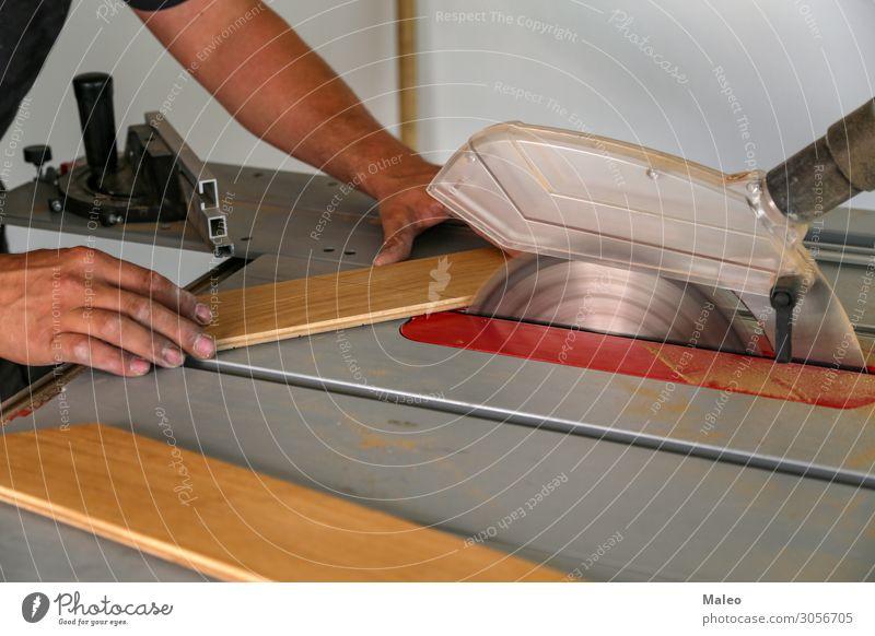 Der Arbeiter schneidet das Parkett auf einer Kreissäge Holzbrett Tischler Baustelle Industrie Industriefotografie Säge Stichsäge Handwerk Arbeitsgeräte Werkzeug
