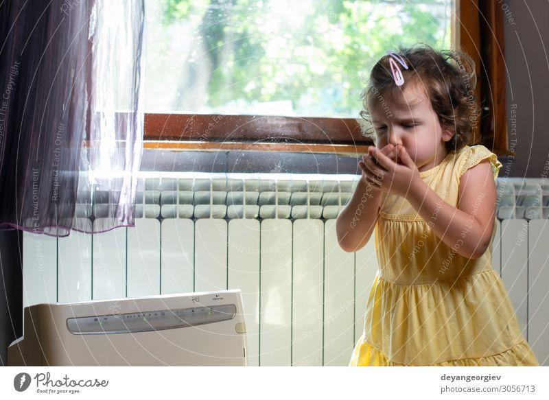 Kleines Mädchen in einem staubigen Raum. Luftreiniger und hustendes Kind. Gesundheitswesen Kindheit Erde frisch Sauberkeit Staubwischen Alergie Allergen