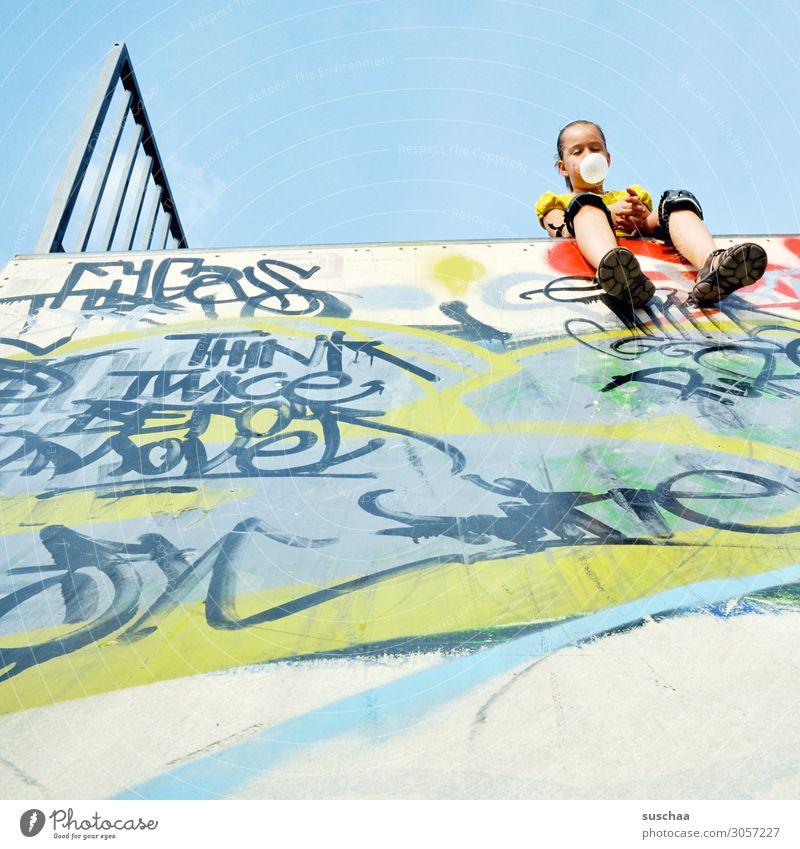 kurze pause Sport Kind Mädchen Sportler Kindheit Spielen Freizeit & Hobby anstrengen Freude Pause Erholung ausruhend sitzen Halfpipe Graffiti Knieschoner Schutz