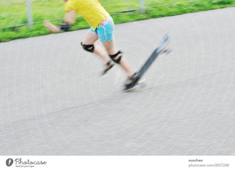 vor dem fall ist nach dem fall Sport Kind Mädchen Sportler Kindheit Spielen Freizeit & Hobby anstrengen Freude Knieschoner Schutz Sportpark Skateboarding fallen