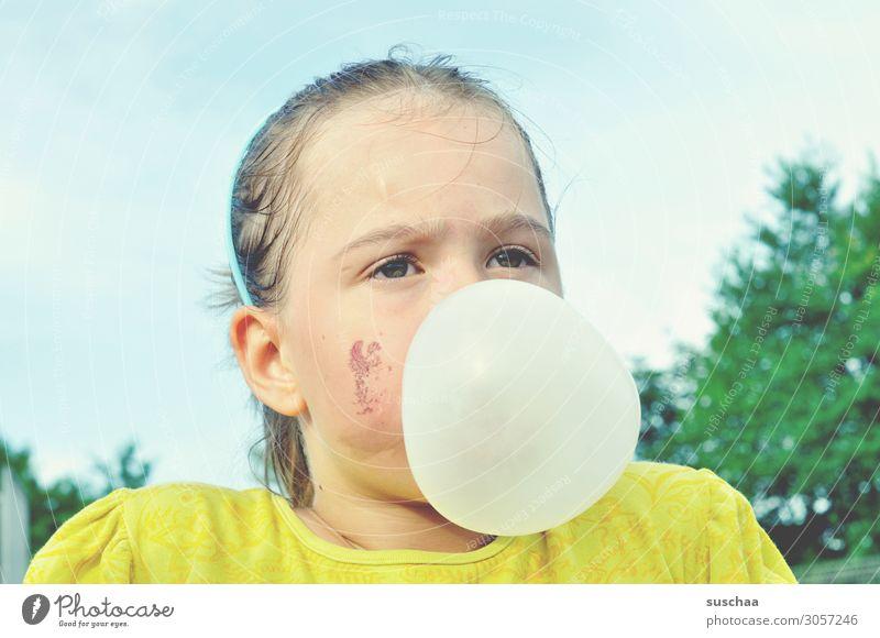 ein bisschen geht noch .. Kind Mädchen Kindheit dreckig Gesicht Kaugummi Kaugummiblase Wange Glück Zufriedenheit Aktion Spielen Außenaufnahme Pause