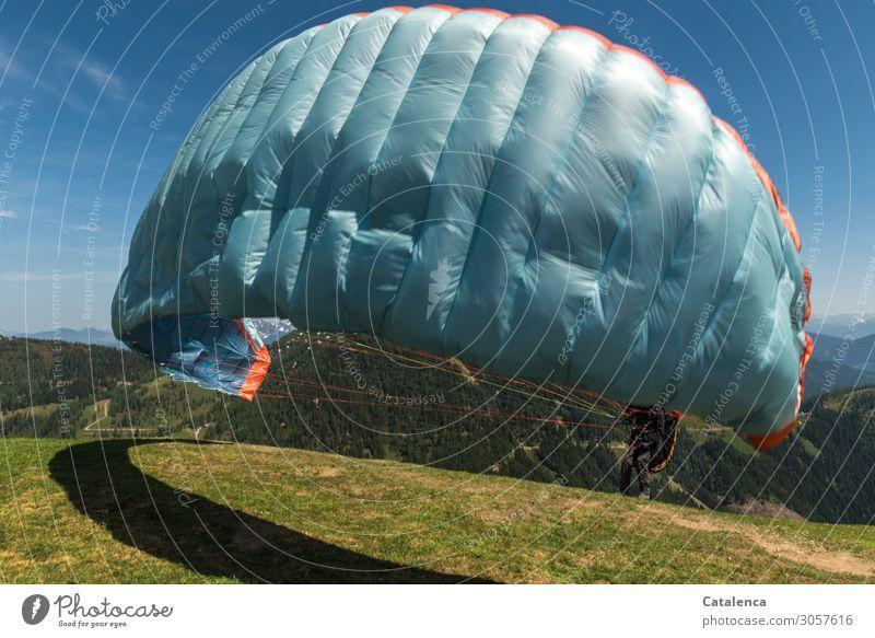 Abheben Mensch Himmel Natur Sommer blau grün Landschaft Freude Berge u. Gebirge Beine Wiese Sport Gras fliegen Stimmung Zufriedenheit