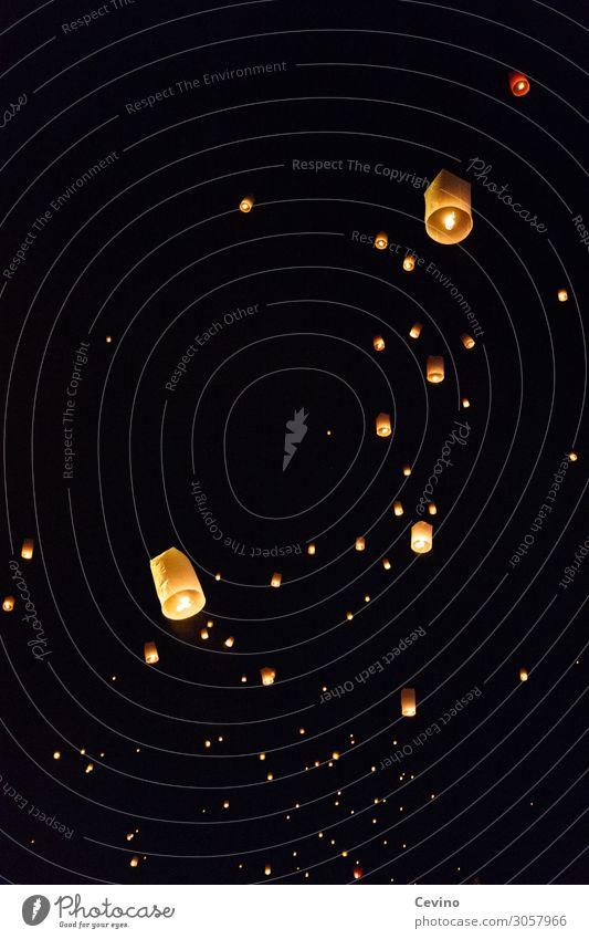Himmelslaternen im Nachthimmel Laterne Loi Krathong Lichterfest schwarz Loy Krathong Thailand Tradition Warmes Licht Wünsche Glauben Regligion Buddhismus