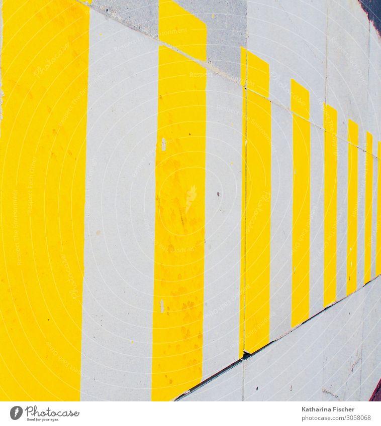 gelbe Streifen Platz Fassade Straße Wege & Pfade Stein Beton Zeichen Graffiti gold grau weiß Zebrastreifen Mauer Streetlife Farbfoto Außenaufnahme Menschenleer