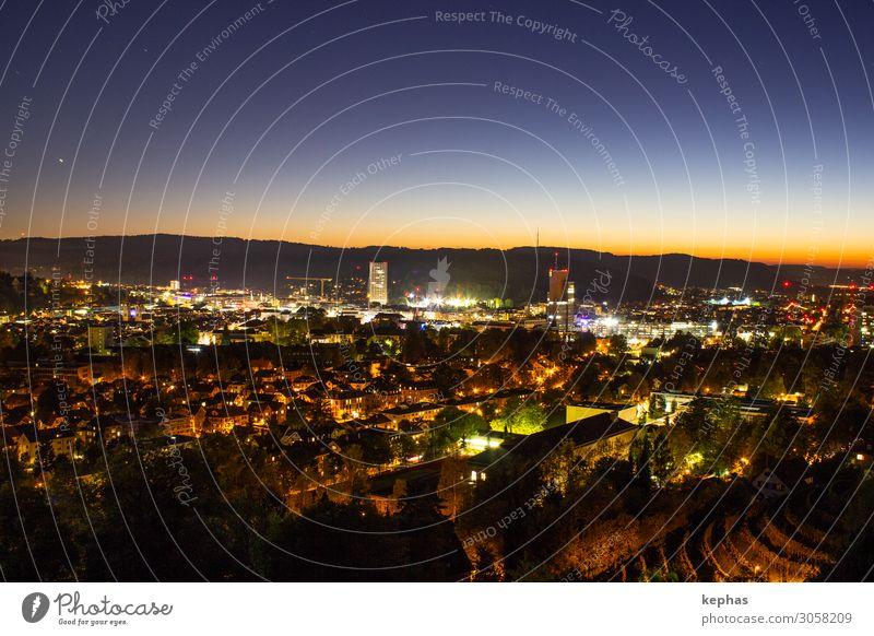 Lichter der Kleinstadt 2.0 Wolkenloser Himmel Sonnenaufgang Sonnenuntergang Winterthur Schweiz Europa Stadt Skyline Menschenleer ästhetisch modern blau orange