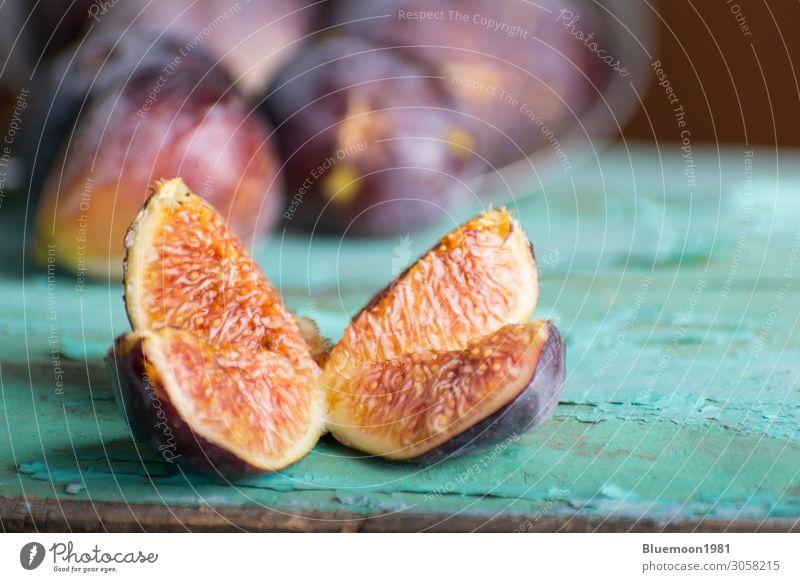 Geschnittene reife violette Feige auf türkisfarbenem Holztisch Frucht Dessert Ernährung Diät Sommer Tisch Menschengruppe Natur dunkel frisch gut natürlich Farbe