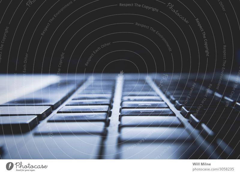 Makrofoto einer Laptop-Tastatur Taste Typ Tippen Holzplatte Notebook Computer Technik & Technologie blau Makroaufnahme Nahaufnahme dunkel Licht Bildschirm