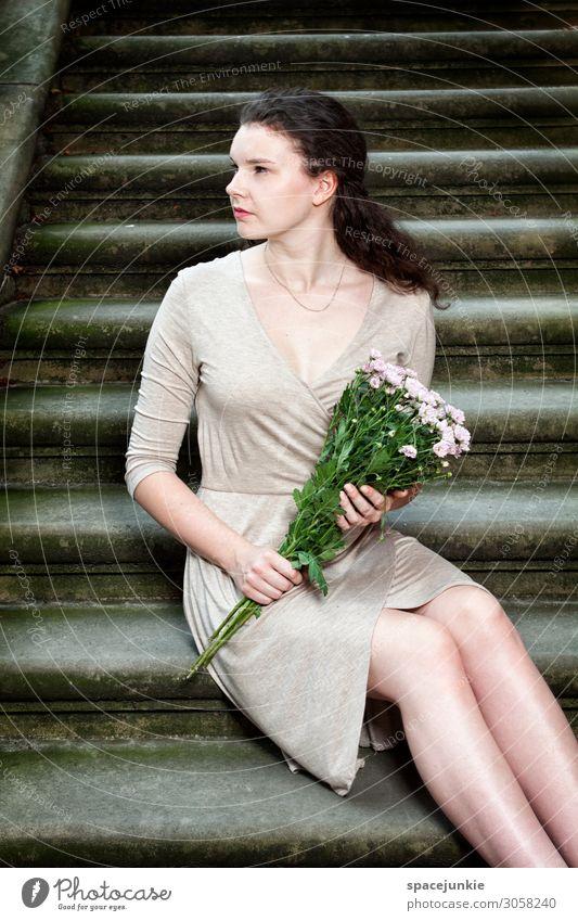Waiting Mensch Jugendliche Junge Frau Blume Erotik Erholung 18-30 Jahre Erwachsene Frühling feminin Mode Zufriedenheit Treppe entdecken Sicherheit Trauer