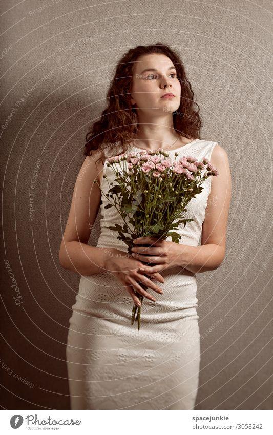 Flowers Mensch feminin Junge Frau Jugendliche 1 18-30 Jahre Erwachsene Mode Kleid brünett langhaarig elegant grau rosa weiß Leidenschaft Akzeptanz Vertrauen