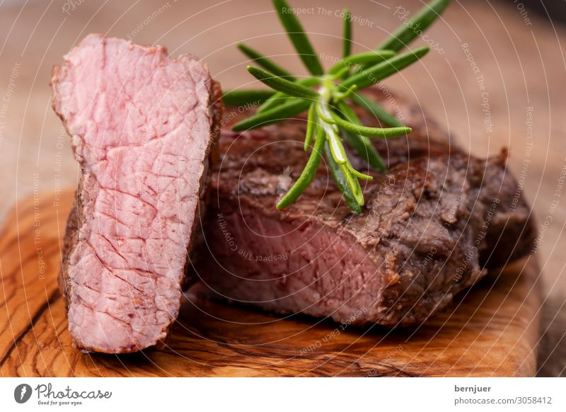 gegrilltes Steak Sommer Holz braun lecker Kräuter & Gewürze Punkt reif Kuh Fleisch Mahlzeit rustikal Seite Gitter Schneidebrett aromatisch geschnitten