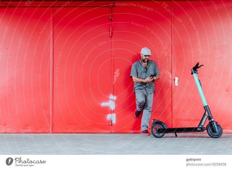 Mann vor roter Wand mit E-Roller Lifestyle kaufen sportlich Leben maskulin Erwachsene 1 Mensch 45-60 Jahre Verkehrsmittel Verkehrswege Fußgänger Wege & Pfade