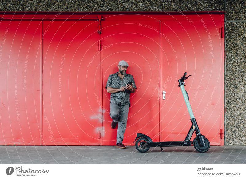 Elektro-Mobilität. Mann mit E-Roller schaut auf sein Smartphone Lifestyle Fitness Leben Mensch maskulin Erwachsene 1 45-60 Jahre Klima Klimawandel Verkehr
