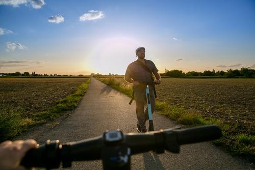 E-Mobilität Mann Farbe Erwachsene Wege & Pfade Bewegung Horizont maskulin Verkehr fahren Gesellschaft (Soziologie) Verkehrswege Fahrzeug Klimawandel innovativ