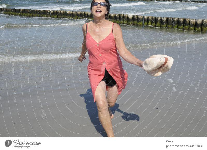 Llebensfreude Mensch feminin Frau Erwachsene 1 45-60 Jahre Wasser Sommer Ostsee Strand Kleid Sonnenbrille Hut schwarzhaarig Bewegung Erholung laufen