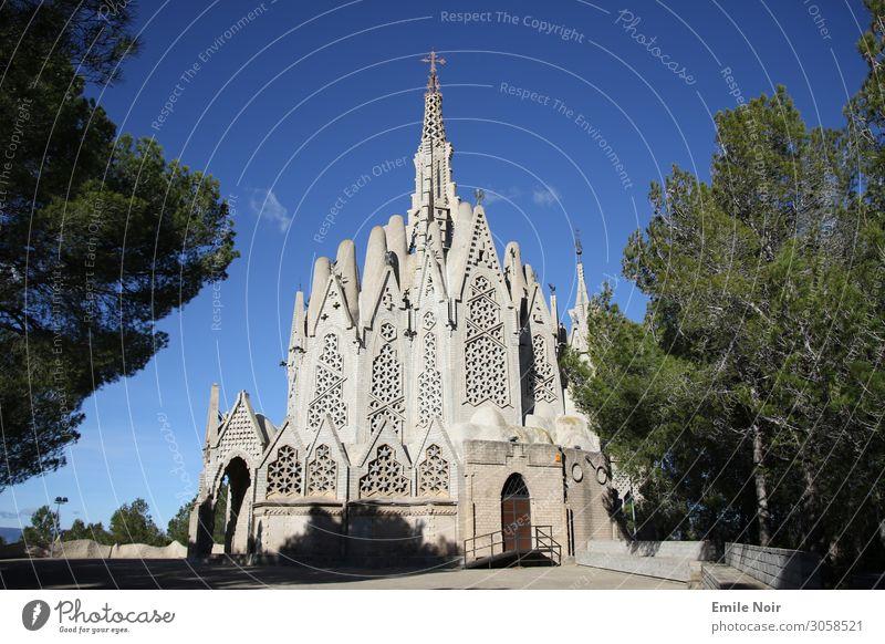 Kirche vom Gaudi-Schüler Spanien Dorf Bauwerk Gebäude Sehenswürdigkeit Religion & Glaube Modernismus Architektur Farbfoto Außenaufnahme Tag