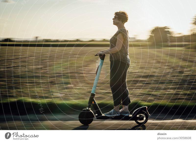 speed queen Frau Mensch Natur Landschaft Freude Lifestyle Erwachsene Leben Umwelt feminin Verkehr modern 45-60 Jahre genießen Geschwindigkeit Coolness