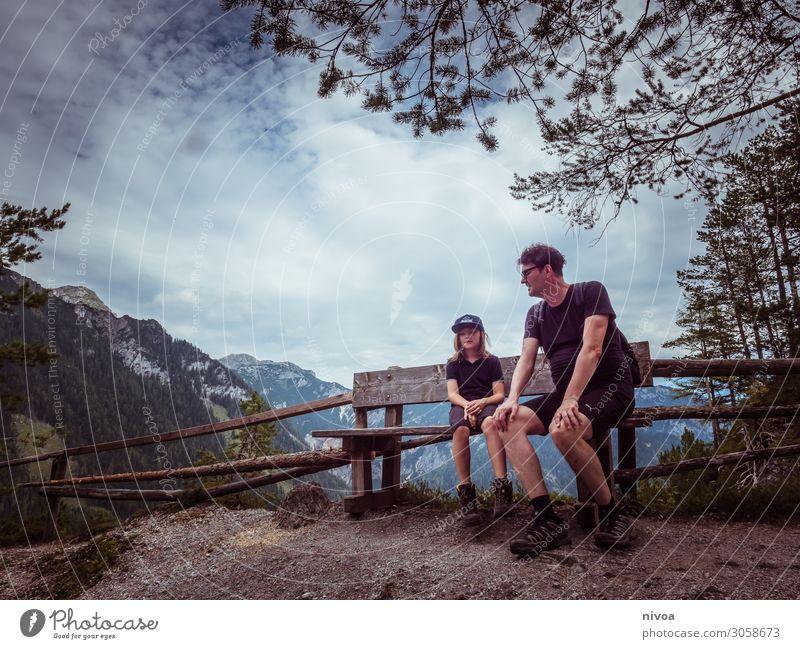 Vater und Sohn sitzen auf einer Bank in den Bergen harmonisch Zufriedenheit Ferien & Urlaub & Reisen Ausflug Ferne Freiheit Sommer Sommerurlaub Berge u. Gebirge