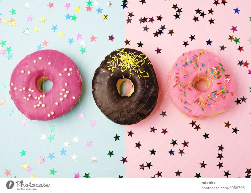 runde Donuts mit verschiedenen Füllungen und Streuseln Teigwaren Backwaren Kuchen Dessert Süßwaren Ernährung Frühstück Dekoration & Verzierung Feste & Feiern