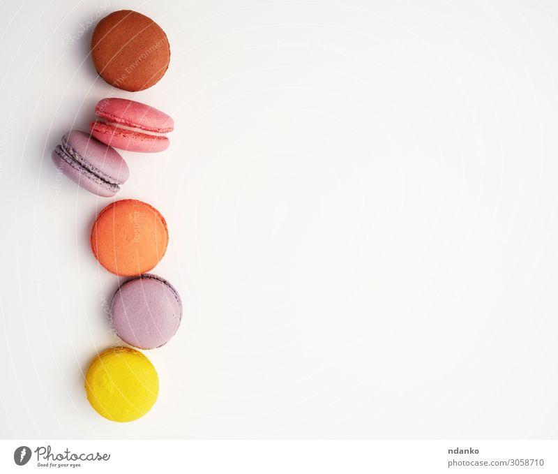 Stapel von bunt gebackenem Makronen-Mandelmehl Frucht Dessert Essen frisch lecker oben braun gelb rosa weiß Farbe Tradition sortiert Sortiment Hintergrund