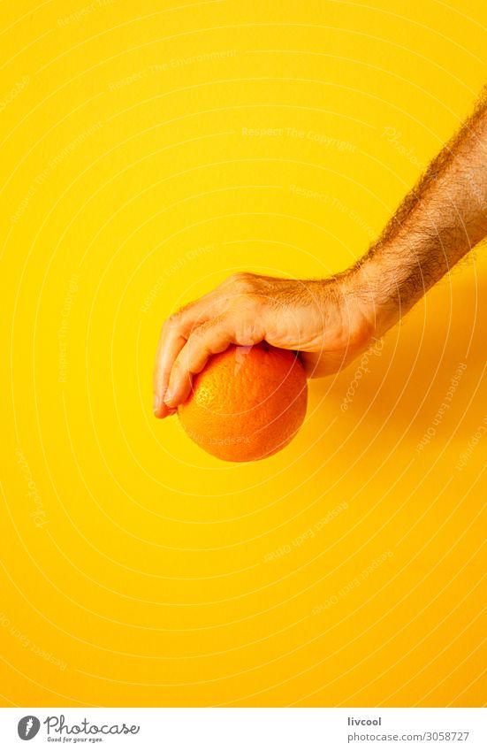orange in der Hand an der gelben Wand II Frucht Lifestyle Design Mensch Mann Erwachsene Arme Finger Natur genießen frisch Farbe Menschen Grafik u. Illustration