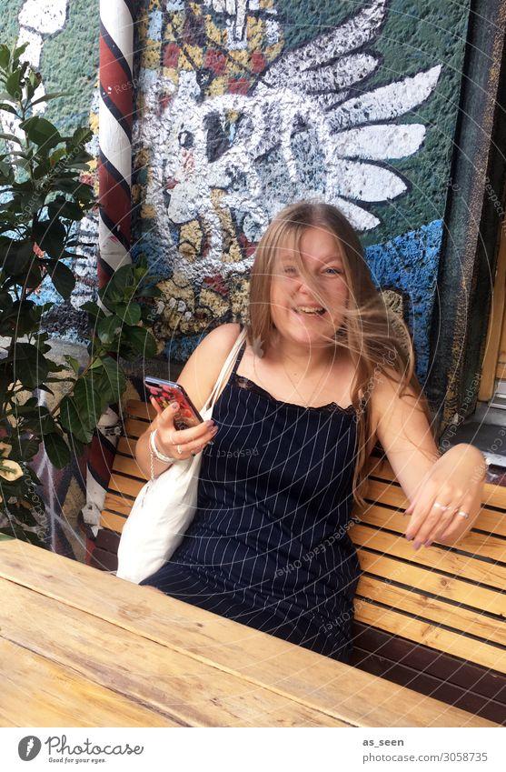 ;-) Lifestyle kaufen Freude Leben Ausflug Sightseeing Städtereise Handy Junge Frau Jugendliche Körper 1 Mensch 18-30 Jahre Erwachsene Jugendkultur Subkultur