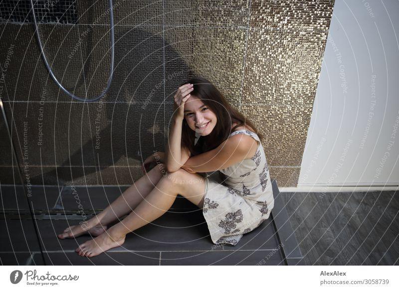 Junge Frau sitzt in der Dusche Lifestyle Stil Freude schön Leben Jugendliche 18-30 Jahre Erwachsene Kleid Barfuß brünett langhaarig Dusche (Installation)