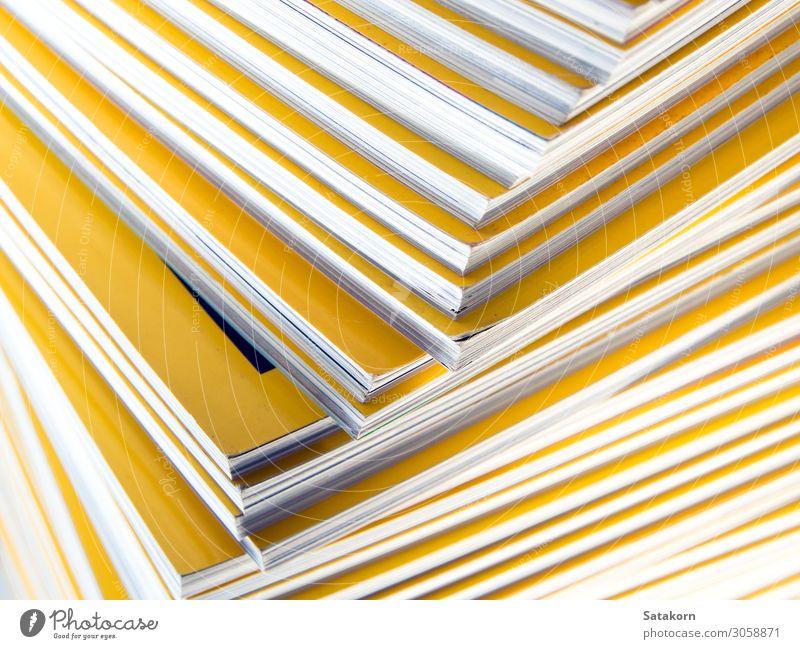 Stapel gelber Monatsmagazine Erholung lesen Buch Bibliothek Papier Zettel Sammlung neu weiß Farbe Magazin monatlich Anhäufung Hintergrund Bildung Presse Problem