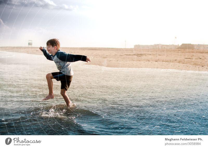 Sie machten ihn zum König aller wilden Dinge. Freude Abenteuer Freiheit Sommer Sommerurlaub Sonne Strand Meer Wellen Kind Junge 1 Mensch 3-8 Jahre Kindheit