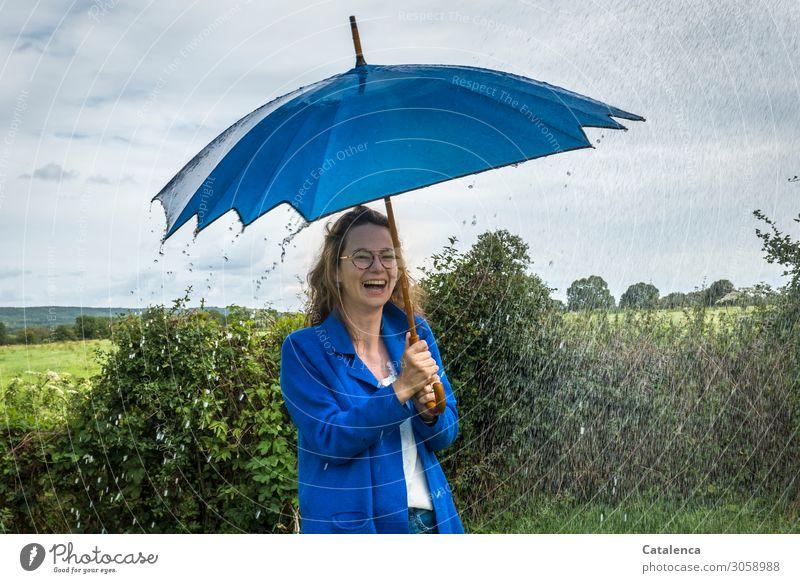Mit Schirm, Charme... |. und Regen Junge Frau Jugendliche 1 Mensch Landschaft Pflanze Wassertropfen Himmel Wolken Horizont Sommer schlechtes Wetter Baum Gras