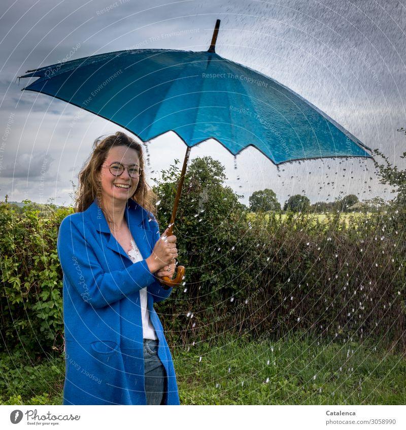 Regenwetter Junge Frau Jugendliche 1 Mensch 18-30 Jahre Erwachsene Natur Landschaft Wassertropfen Himmel Gewitterwolken Sommer schlechtes Wetter Baum Gras
