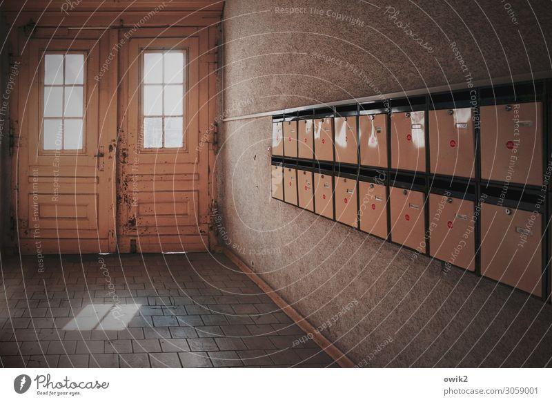Keine Post? Berlin-Mitte Tor Mauer Wand Fenster Tür Hauseingang Briefkasten Stein Holz Metall leuchten dunkel eckig einfach Zusammensein glänzend trist Stadt