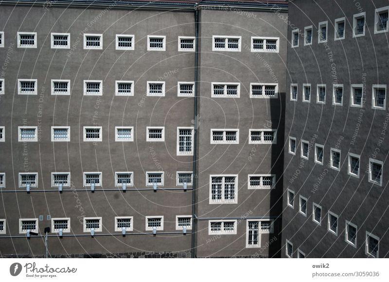 Böse Bauten Gebäude Justizvollzugsanstalt Gefängniszelle Mauer Wand Fassade Fenster Sehenswürdigkeit Denkmal bedrohlich grau Entsetzen Platzangst Verzweiflung