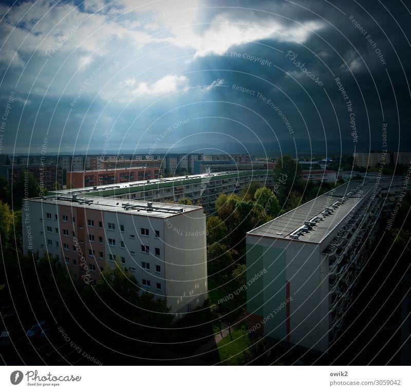Fraktion Himmel Wolken Horizont Sonne Schönes Wetter Bautzen Deutschland Kleinstadt Stadtrand bevölkert Haus Hochhaus Gebäude Plattenbau Balkon Fenster Dach